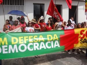 Movimentos sociais fazem protesto em defesa da presidente Dilma em Belém, no Pará (Foto: Gil Sóter/G1)
