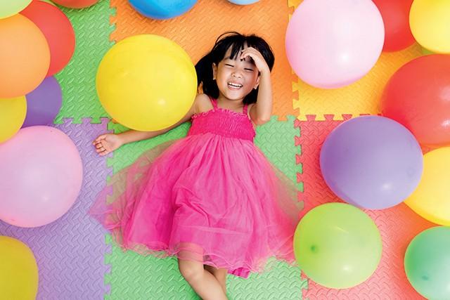 Japonesinha com balões coloridos no chão (Foto: Japonesinha com balões coloridos no chão (Foto: Thinkstock))