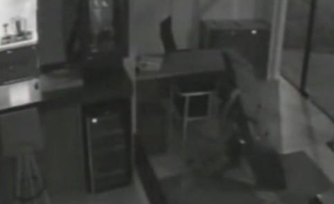 Homem flagrado furtando TV é identificado após tropeçar e deixar cair o celular em loja de Lajeado; veja o vídeo