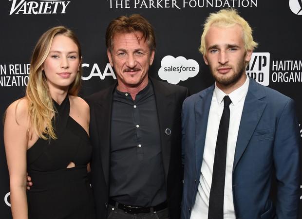 Sean Penn com os filhos, Dylan Penn e Hopper Penn (Foto: Getty Images)