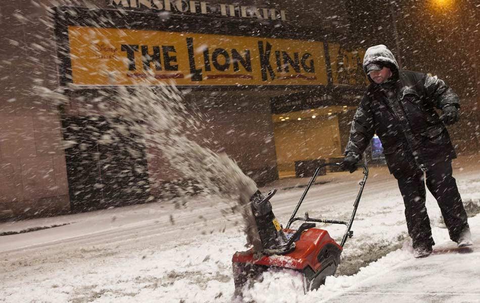 9/2 - Homem retira neve da rua em Nova York (Foto: Reuters)