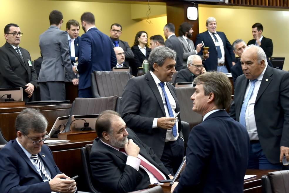 Deputados estaduais conversam durante sessão plenária desta terça na Assembleia do RS — Foto: Celso Bender/Agência ALRS