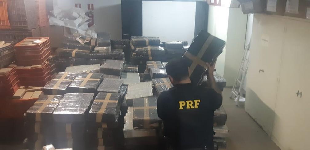 Dois paraguaios foram presos ao transportarem 4,6 toneladas de maconha em um caminhão-tanque, em Céu Azul, de acordo com a PRF — Foto: Divulgação/PRF