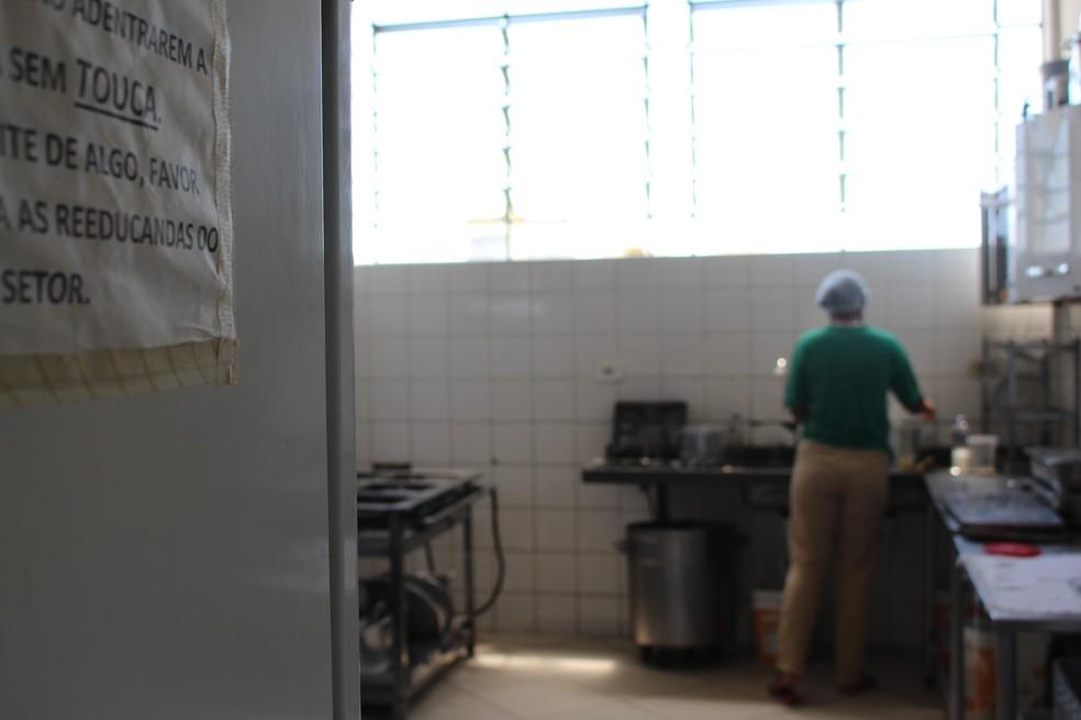 Edlayna é funcionária da copa e cozinheira da Penitenciária Feminina de Pirajuí — Foto: Marília Moraes/G1