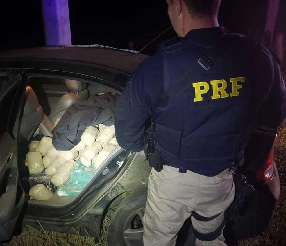 PRF e PM encontraram 464 kg de maconha abarrotados nos bancos de traz e na mala de um veículo roubado no sudoeste da Bahia (Foto: Divulgação/PRF)