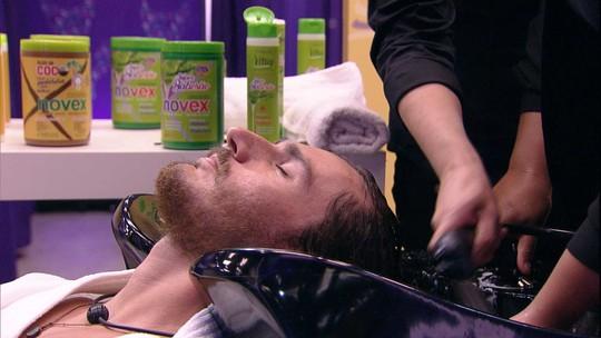 Transformação Embelleze: Rodrigo e Alan lavam os cabelos