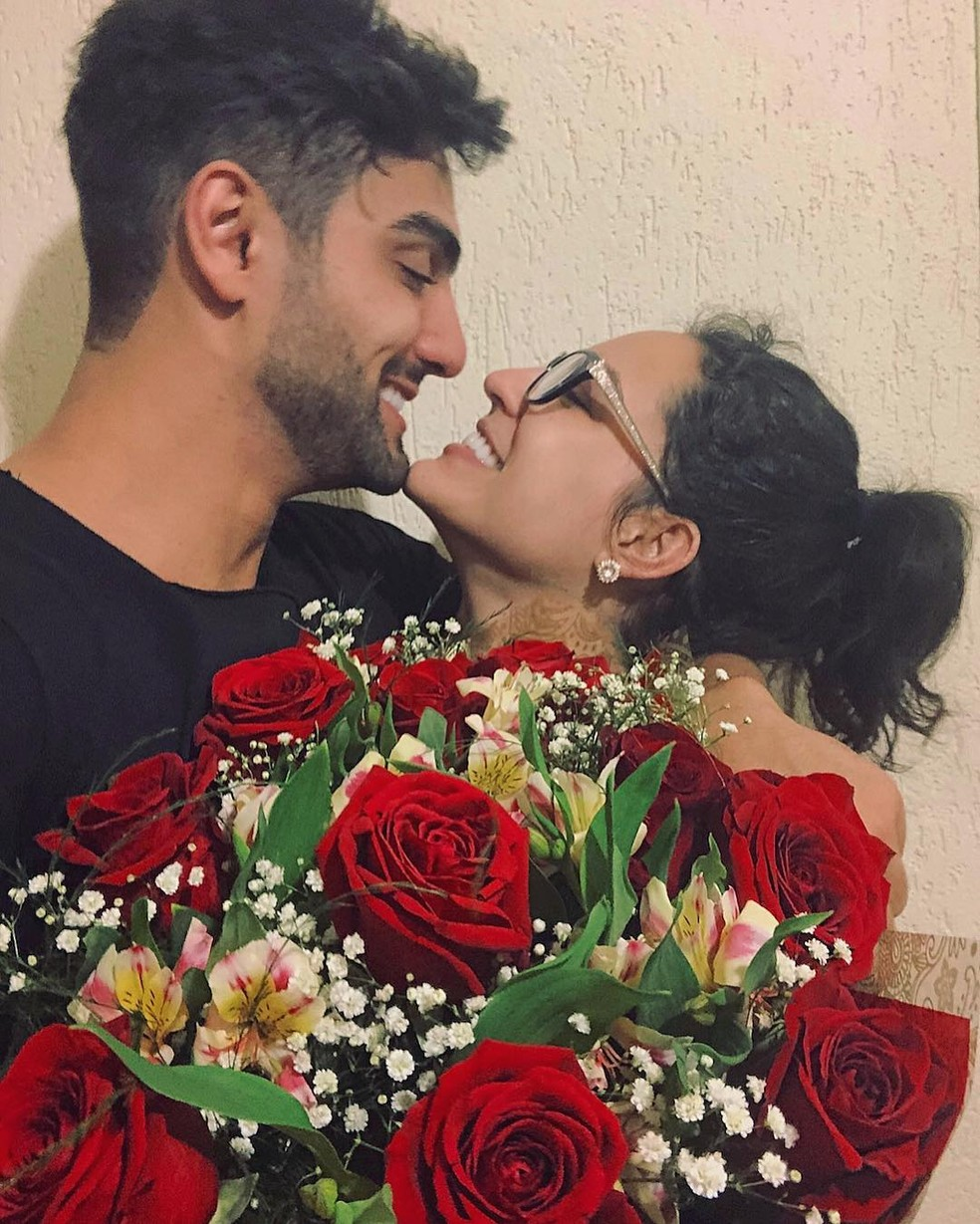 Flores vermelhas para comemorar o amor. Atriz gosta de pequenos gestos no dia a dia  — Foto: Arquivo Pessoal