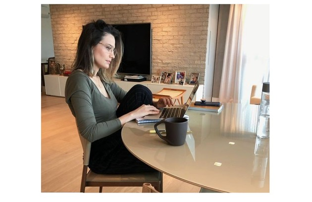 Nilma, que é empresária, faz home office no apartamento da família, que em breve se mudará para uma casa (Foto: Reprodução)