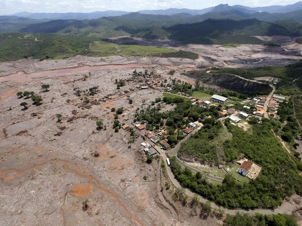 -  Vista aérea do distrito de Bento Rodrigues, em Mariana, após o rompimento de barragens de rejeitos da mineradora Samarco  Foto: Ricardo Moraes/Reuter