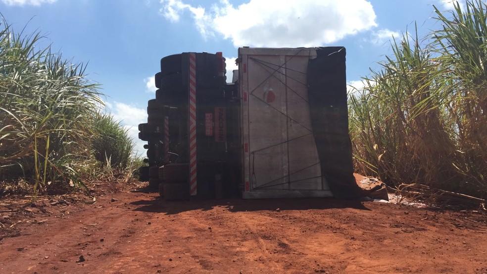 Caminhão de adubo tombou no canavial após o acidente  (Foto: Gustavo Lago / TV TEM )