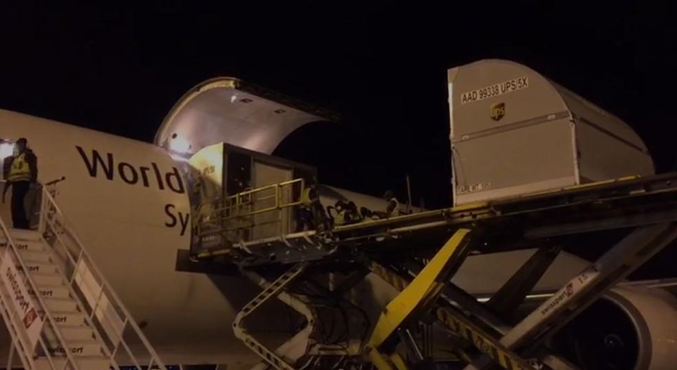 Carga com 629 mil doses da vacina da Pfizer chegou ao Aeroporto de Viracopos, em Campinas (SP), na noite desta quarta-feira (5) — Foto: Polícia Federal