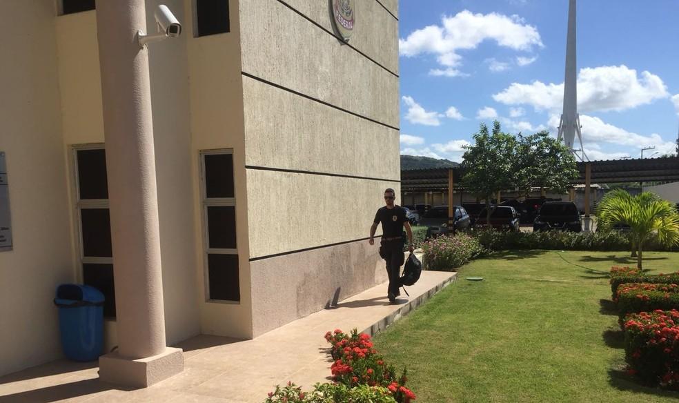 PF cumpriu mandados contra alvos em Fortaleza e na cidade de Milagres (Foto: Isaac Macêdo)
