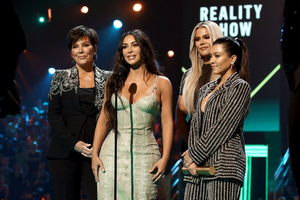 Kris Jenner, Kim Kardashian, Khloé Kardashian e Kourtney Kardashian receberam o prêmio de Reality Show do Ano por Keeping Up With The Kardashians (Foto: Getty Images)