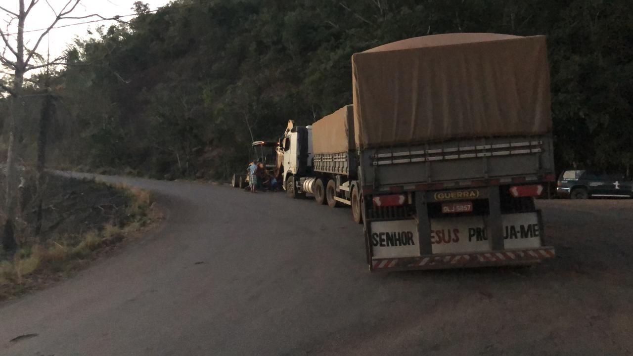 Carreta não consegue subir serra de Taquaruçu e fica parada no meio de curva perigosa - Notícias - Plantão Diário