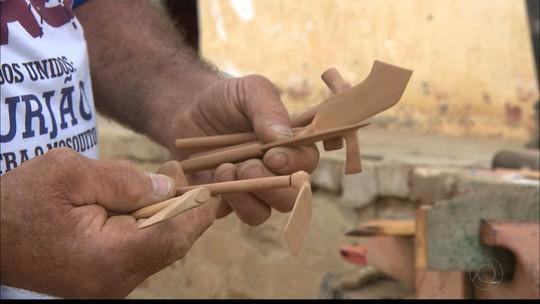 Agricultor usa madeira umburana para esculpir ferramentas em miniaturas, na Paraíba