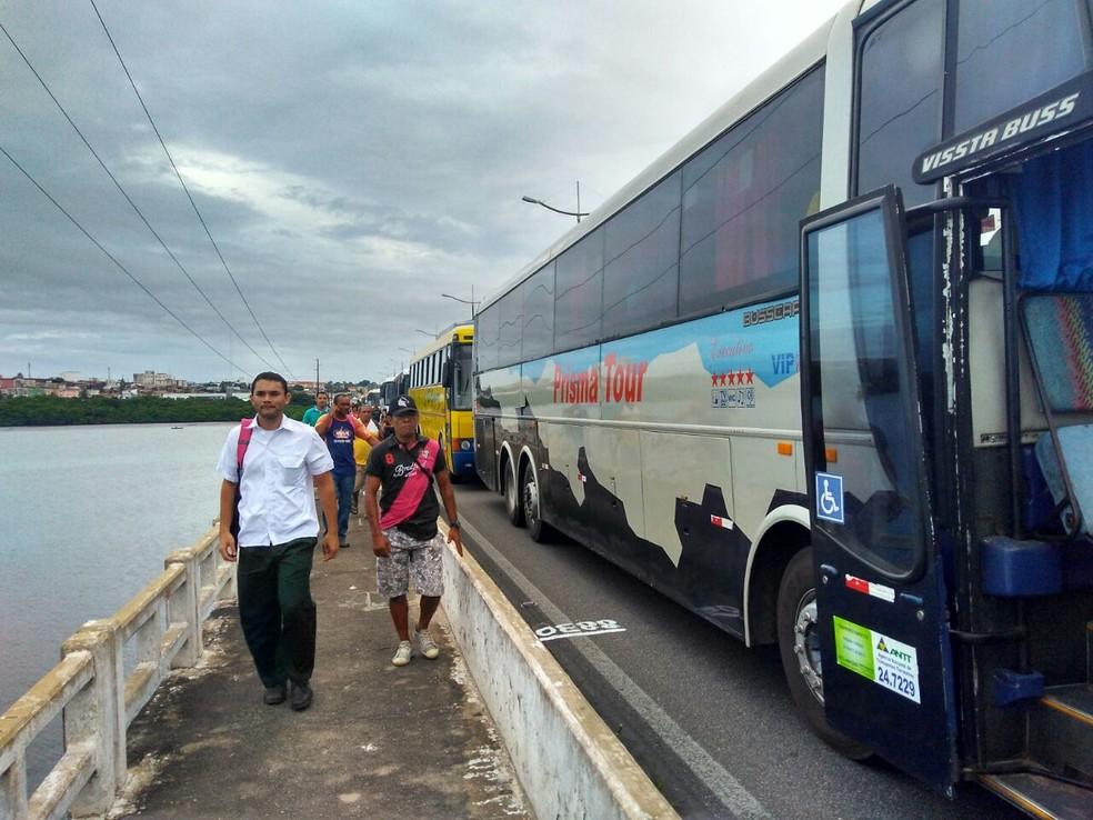 Em Natal, Ponte de Igapó foi fechada no início da manhã  (Foto: Marksuel Figueredo/Inter TV Cabugi)