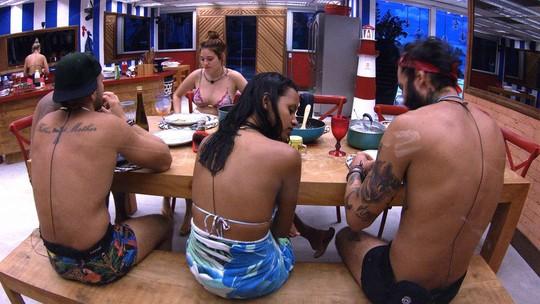 Jéssica almoça em silêncio com brothers do Tá com Tudo
