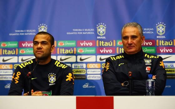 Daniel Alves e Tite. A possível ausência do lateral direito na Copa de 2018 dará dor de cabeça ao técnico (Foto: Getty Images)