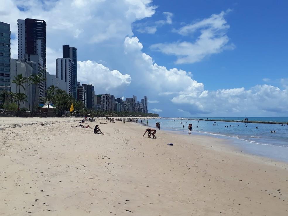 Praia de Boa Viagem, na Zona Sul do Recife, teve aumento do fluxo de pessoas neste domingo (29) — Foto: Renato Ramos/TV Globo