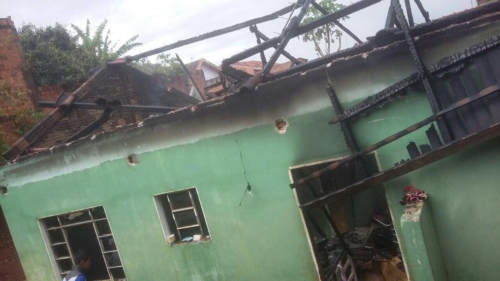 Casa ficou totalmente destruída após ser atingida por raio, em Ibiporã (Foto: Arquivo Pessoal/Ryan Felipe Gonçalves)