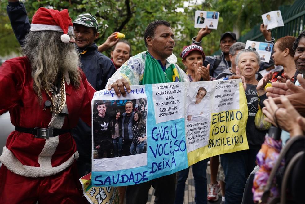 Fãs prestaram homenagem ao apresentador Gugu Liberato no velório nesta quinta (28) — Foto: Marcelo Brandt/G1