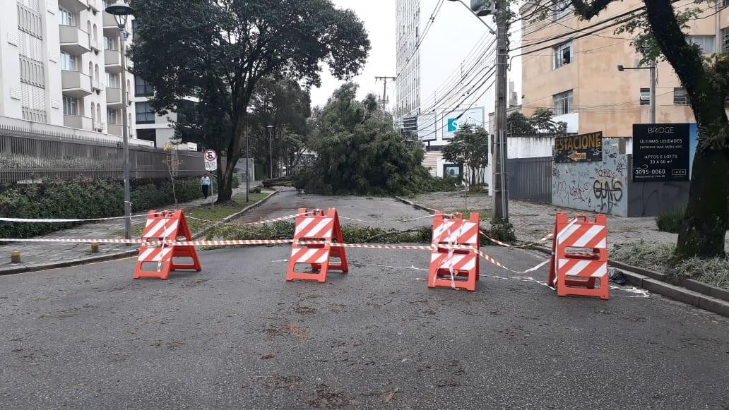 Estragos da chuva deixam o trânsito complicado em bairros de Curitiba - Notícias - Plantão Diário