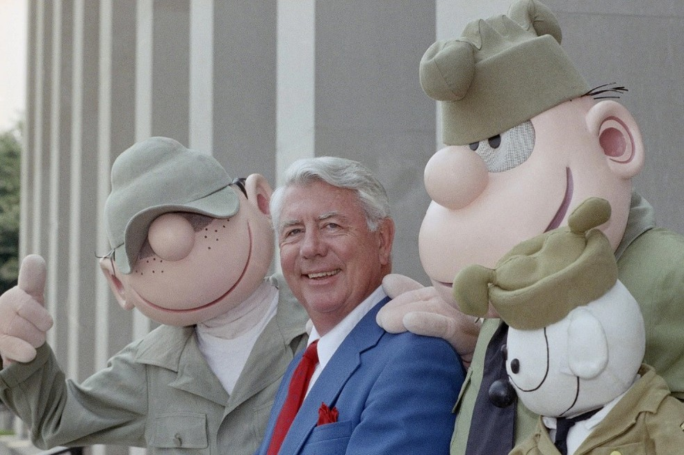 O cartunista Mort Walker com os personagens da tirinha 'Recruta Zero' em foto de 1990 (Foto: Bob Daugherty/Associated Press)