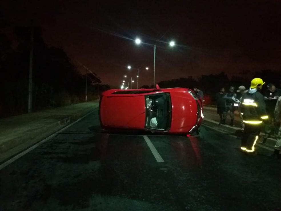 Motociclista morre ao ser atingido por carro e veículo capota em avenida de Cuiabá (Foto: Deletran)
