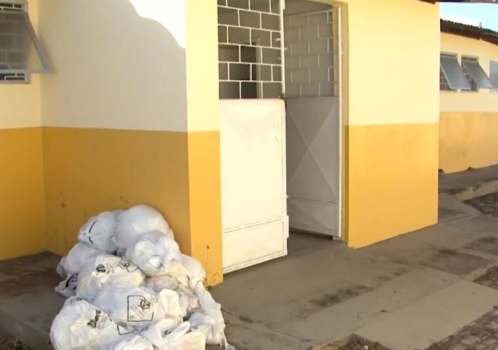 Posto acumula lixo hospitalar do lado de fora da unidade em Ilhéus  — Foto: Reprodução/TV Santa Cruz