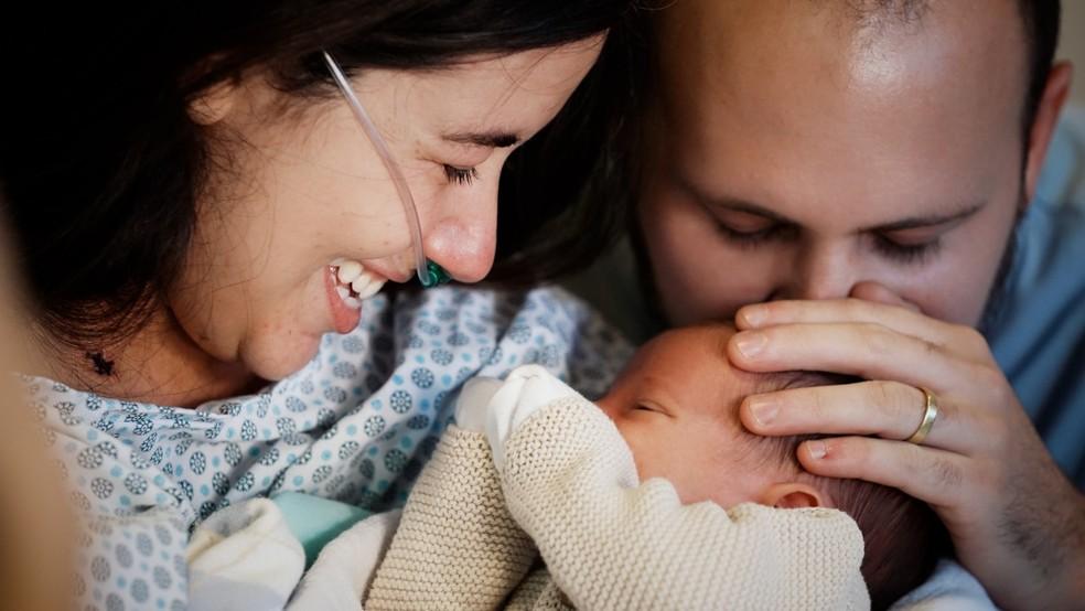 Vitória Zuppo e Sandro Gonzalez com o pequeno Benjamin, no dia do reencontro com a mãe, em BH. — Foto: Andressa Cassetti