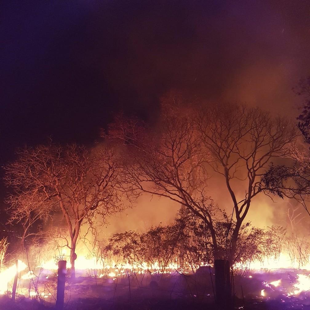 Incêndio em Arinos, no Noroeste de MG — Foto: Corpo de Bombeiros