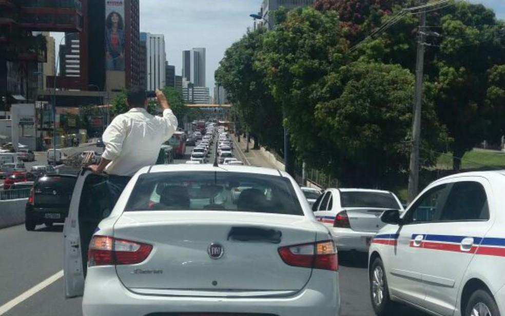 Em protesto, taxistas ocupam uma faixa da Avenida Tancredo Neves; trânsito é complicado na região (Foto: Arquivo pessoal/ João Adorno)