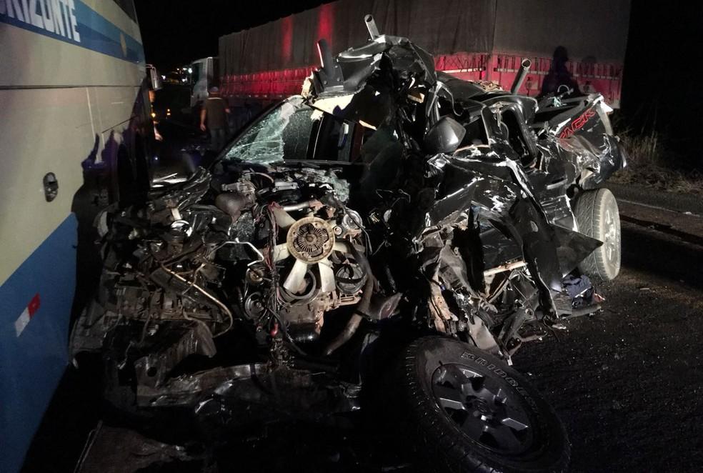 Caminhonete ficou completamente destruída após bater de frente com carreta e depois colidir em ônibus (Foto: Gazeta 5)