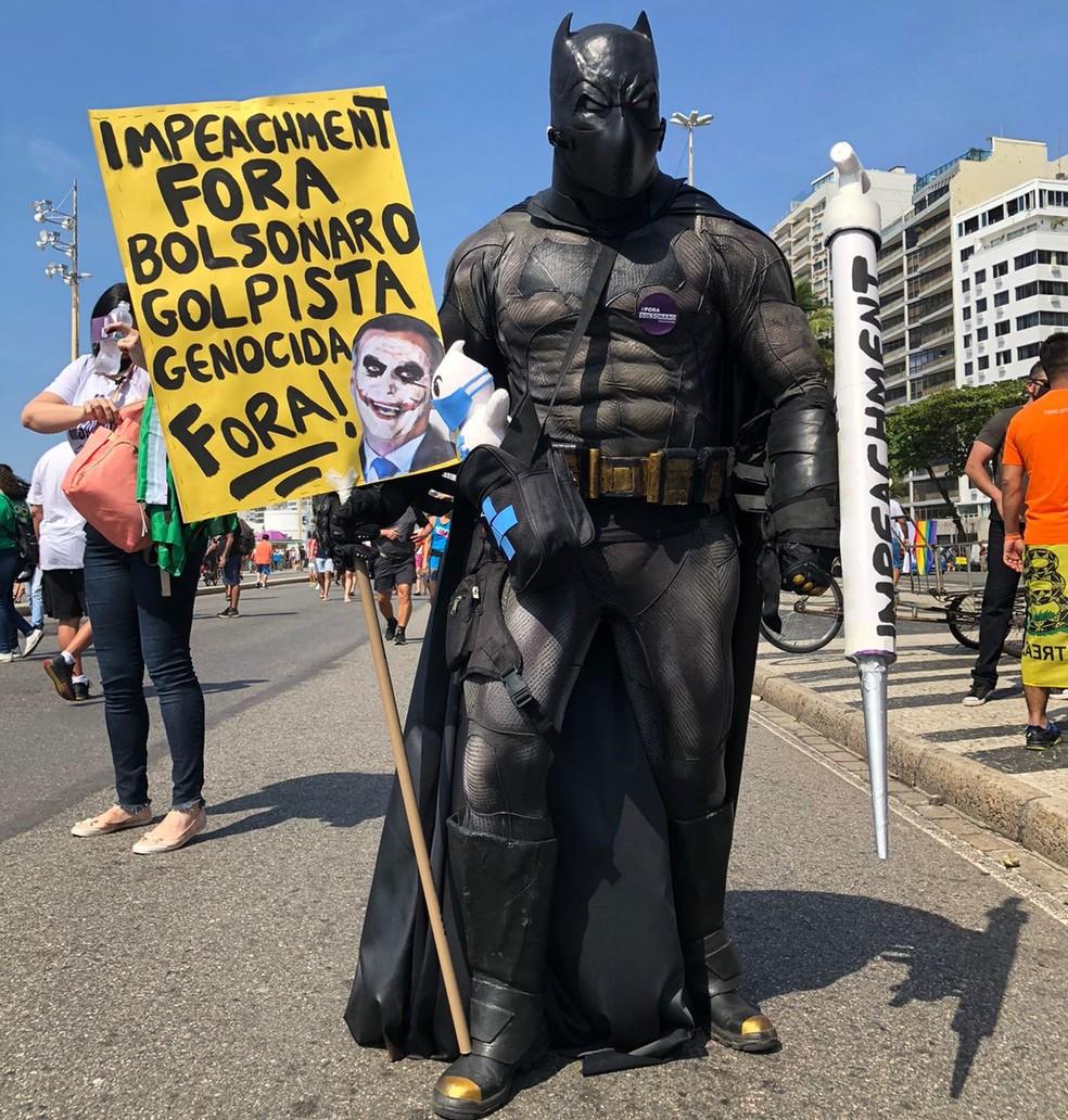 Manifestantes pede o impeachment do presidente Jair Bolsonaro em ato em Copacabana — Foto: G1 Rio