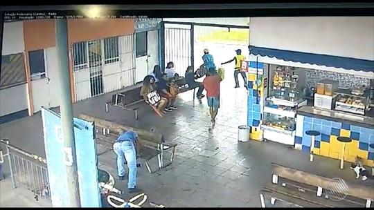 Homem foge de assalto mesmo com arma apontada para ele durante arrastão em rodoviária na BA; veja vídeo