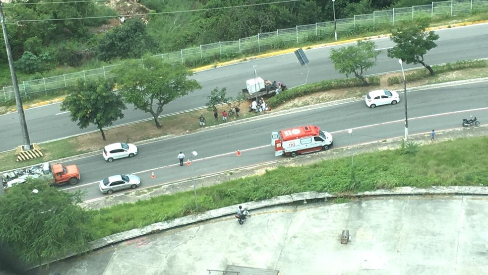 Acidente aconteceu na tarde desta quinta-feira (1º) na avenida Prudente de Morais.  — Foto: Heloísa Guimarães