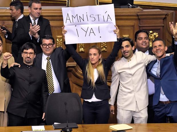 Lilian Tintori, mulher do líder da oposição Leopoldo López, que está preso, pede anistia nesta terça-feira (5) no Parlamento da Venezuela momentos antes do juramento dos novos deputados (Foto: AFP PHOTO/JUAN BARRETO)