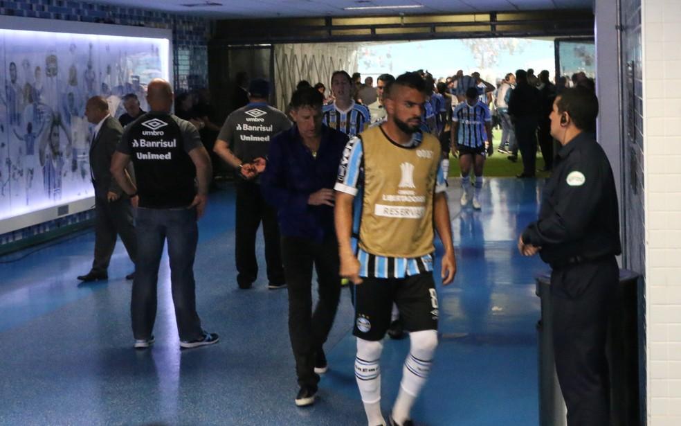 Renato e Maicon passam cabisbaixos pela zona mista da Arena — Foto: Eduardo Moura
