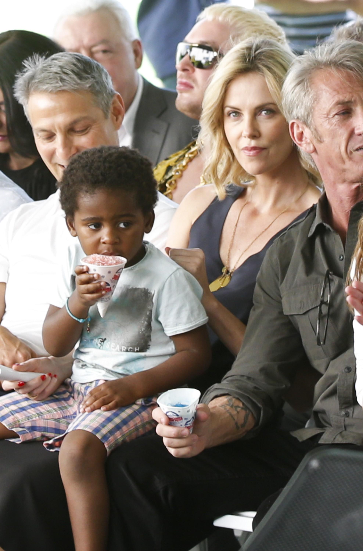 A atriz Charlize Theron com um de seus filhos no colo (Foto: Getty Images)
