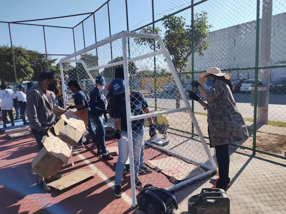Estudantes da primeira turma do programa Renova-DF fazendo a manutenção de áreas públicas.  — Foto: Secretária de Trabalho DF/ Divlgação