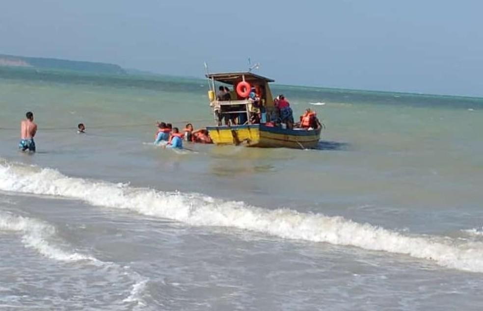 Embarcação resgatando vítimas de naufrágio de catamarã na Barra de Santo Antônio, AL — Foto: Isabela Costa/ Arquivo pessoal