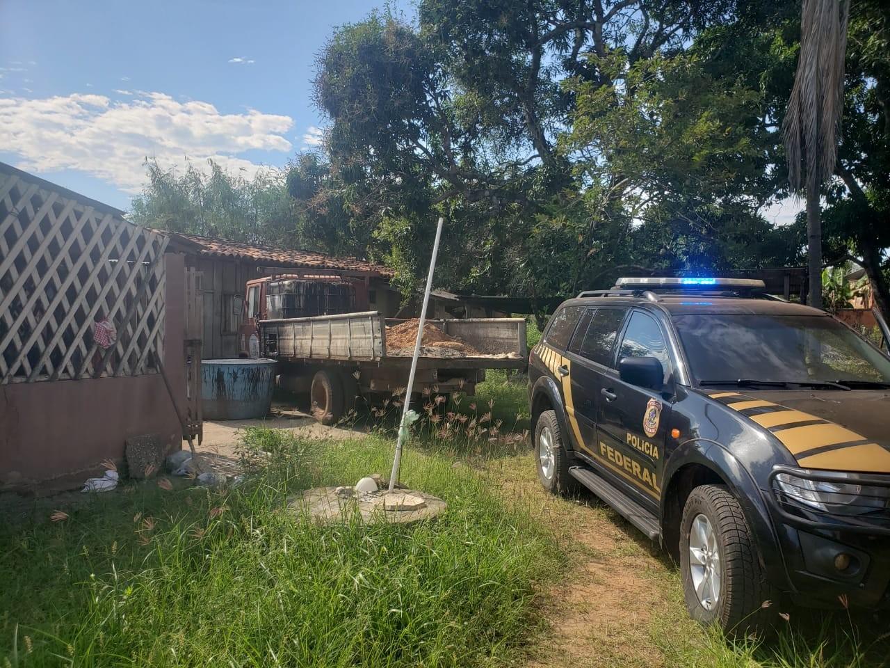 Quadrilha é presa em operação da Polícia Federal suspeita de desviar 1,2 mil litros de piche de prefeitura em MT