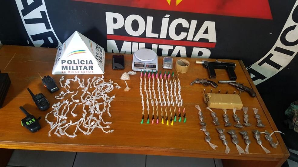 No bairro São Tomáz, na Região Norte de BH, um homem foi detido com três armas e drogas — Foto: Divulgação/Polícia Militar