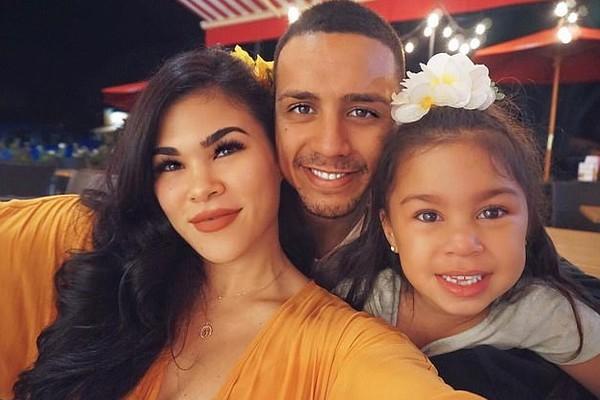 A lutadora de MMA Rachael Ostovich com o marido e a filha (Foto: Instagram)