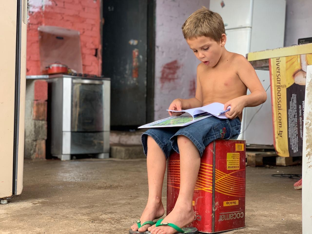 No litoral de São Paulo, menino de cinco anos recolhe livros no lixo e gera mobilização na web