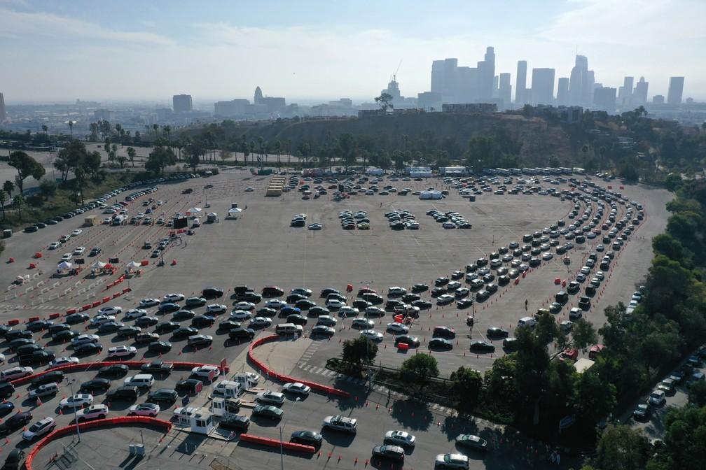 Pessoas fazem fila em carros em local de testagem em Los Angeles, nos EUA, na segunda-feira (4) — Foto: Lucy Nicholson/Reuters