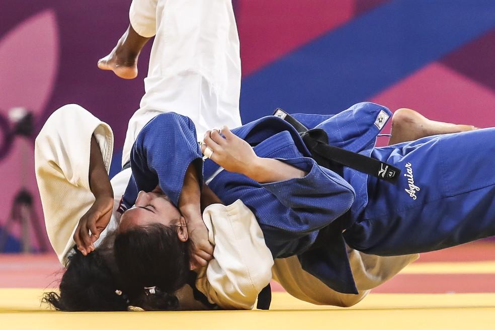 Mayra Aguiar (de azul) aplica o ippon e conquista da medalha de ouro no judô contra a cubana Kaliema Antomarchi, nos Jogoss de Lima — Foto: Wander Roberto/COB