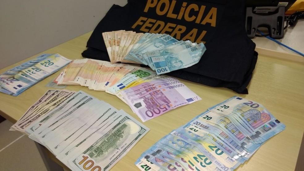 PF apreendeu euros na casa de ex-prefeito de Marechal Deodoro (Foto: Divulgação/PF)