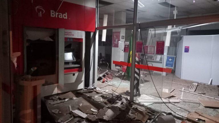 Ladrões explodem caixas eletrônicos em dois bancos de Fernando Prestes, SP