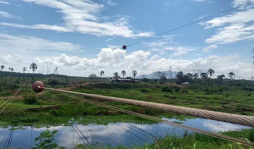 Criminosos derrubaram torre de transmissão de energia em Maracanaú, na Grande Fortaleza, em meio à onda de ataques que ocorre há 11 dias no Ceará — Foto: Hermann Rabelo